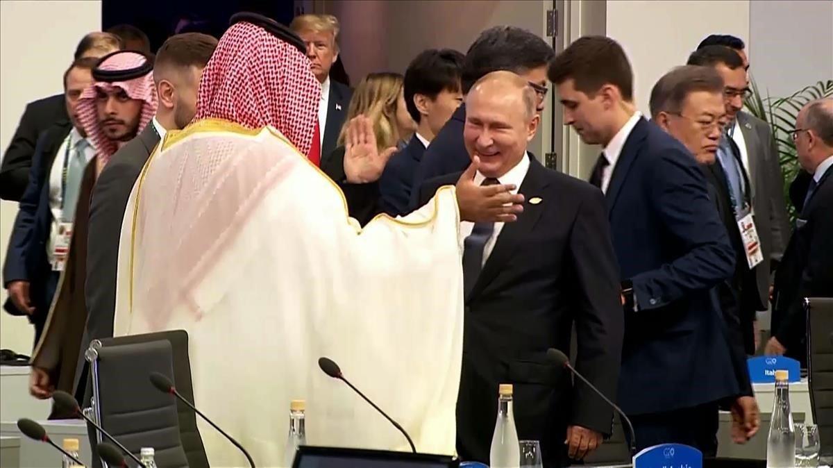 Vladimir Putin y Mohammed Bin Salmán se chocan las manos en la cumbre del G-20. / AFP