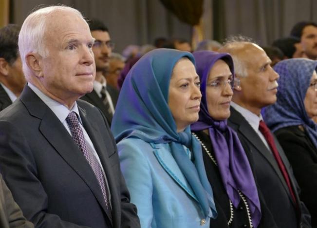Maryam Rajavi, y su sequita islamista con John MacCain uno de los criminales de guerra de EEUU