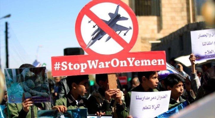 Niños yemeníes se manifiestan en el Día Universal de la Infancia en Saná contra la guerra.