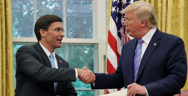 Donald Trump felicita a Mark Esper , nuevo secretario de Defensa de EEUU. / LEAH MILLIS (REUTERS)
