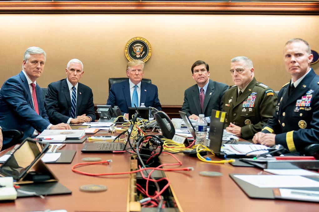 Foto facilitada por la Casa Blanca del presidente de los Estados Unidos, Donald Trump, el vicepresidente de los Estados Unidos, Mike Pence (2i), el secretario de Defensa de los Estados Unidos, Mark Esper (3d), junto con los miembros del equipo de seguridad nacional, observan la operación de fuerzas de especiales contra el líder del ISIS Abu Bakr al- Baghdadi. REUTERS