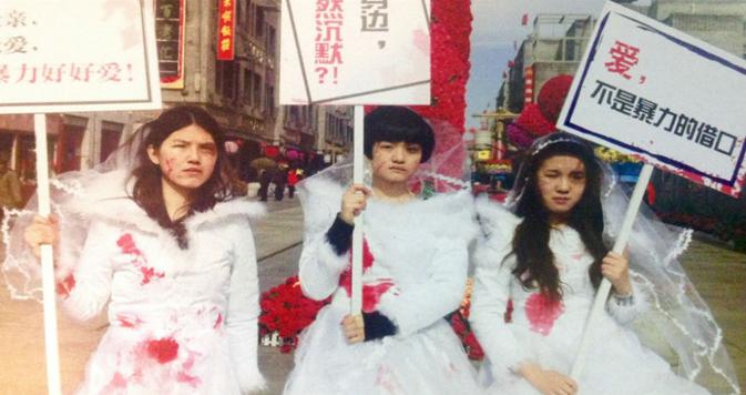 Protesta en Beijing denunciando la violencia que sufren en el hogar las mujeres chinas.