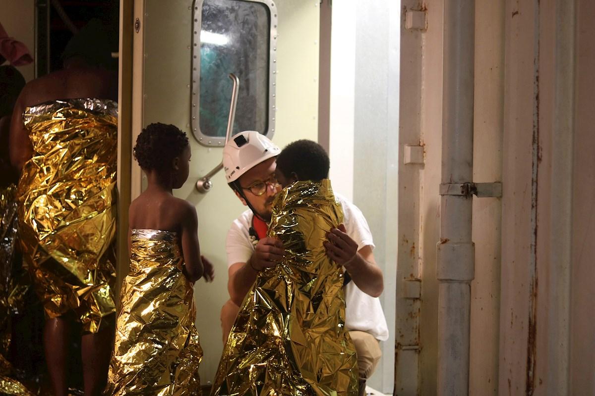 Sanitarios atienden a varios menores rescatados en el mar de Libia./ EFE/ MSF