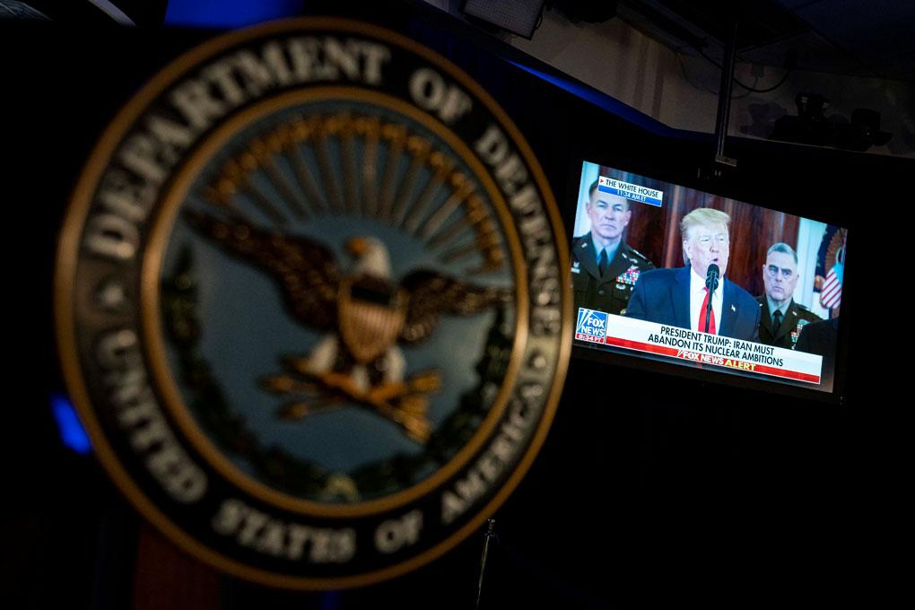 Un televisor en la sala de prensa del Departamento de Defensa de EEUU emite una declaración del presidente Donald Trump sobre Irán. REUTERS / Al Drago