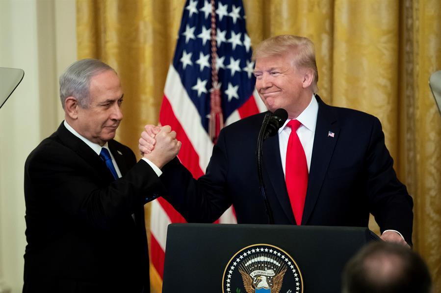El presidente estadounidense, Donald Trump, con el primer ministro israelí en funciones, Benjamin Netanyahu, en la Casa Blanca, en Washington, (Estados Unidos). EFE/ Michael Reynolds