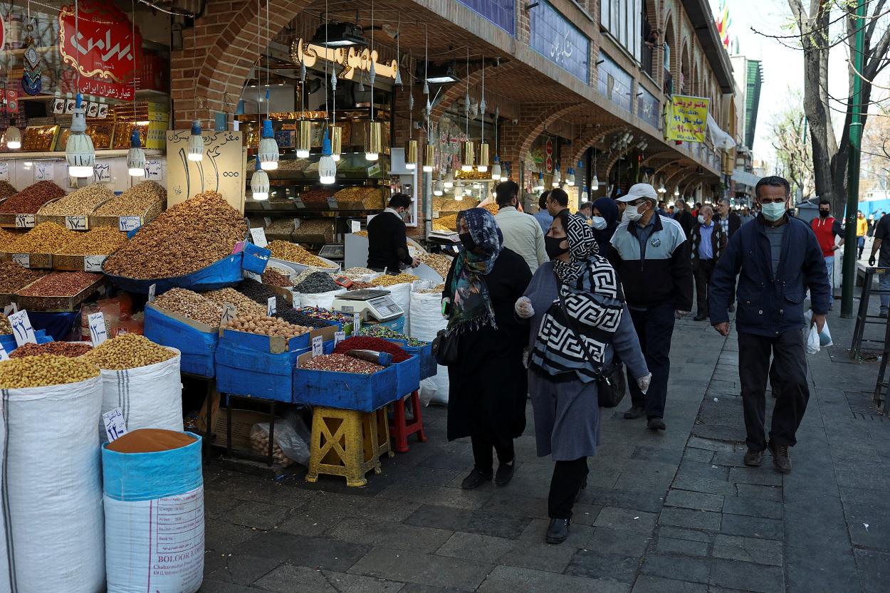 Personas con mascarilla, en el Gran Bazar de Teherán (Irán). WANA/REUTERS/Ali Khara