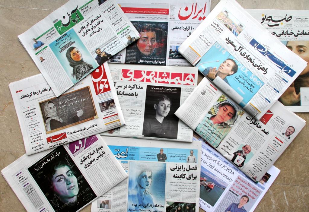 Portadas de los periódicos iraníes con retratos de la científica Maryam Mirzakhani, tras su fallecimiento en julio de 2014, en Nueva York. AFP/ATTA KENARE