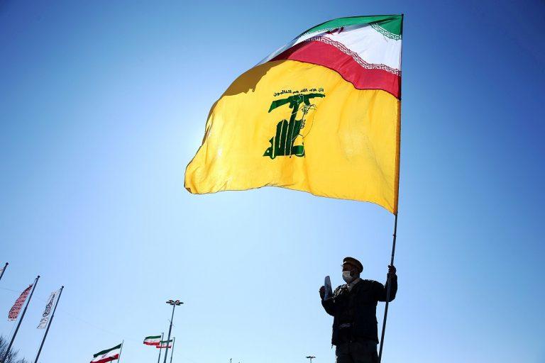 Un irání sostiene una bandera de su país y de Hezbolá durante los actos de celebración del 41 aniversario de la Revolución Islámica, en Teherán. REUTERS