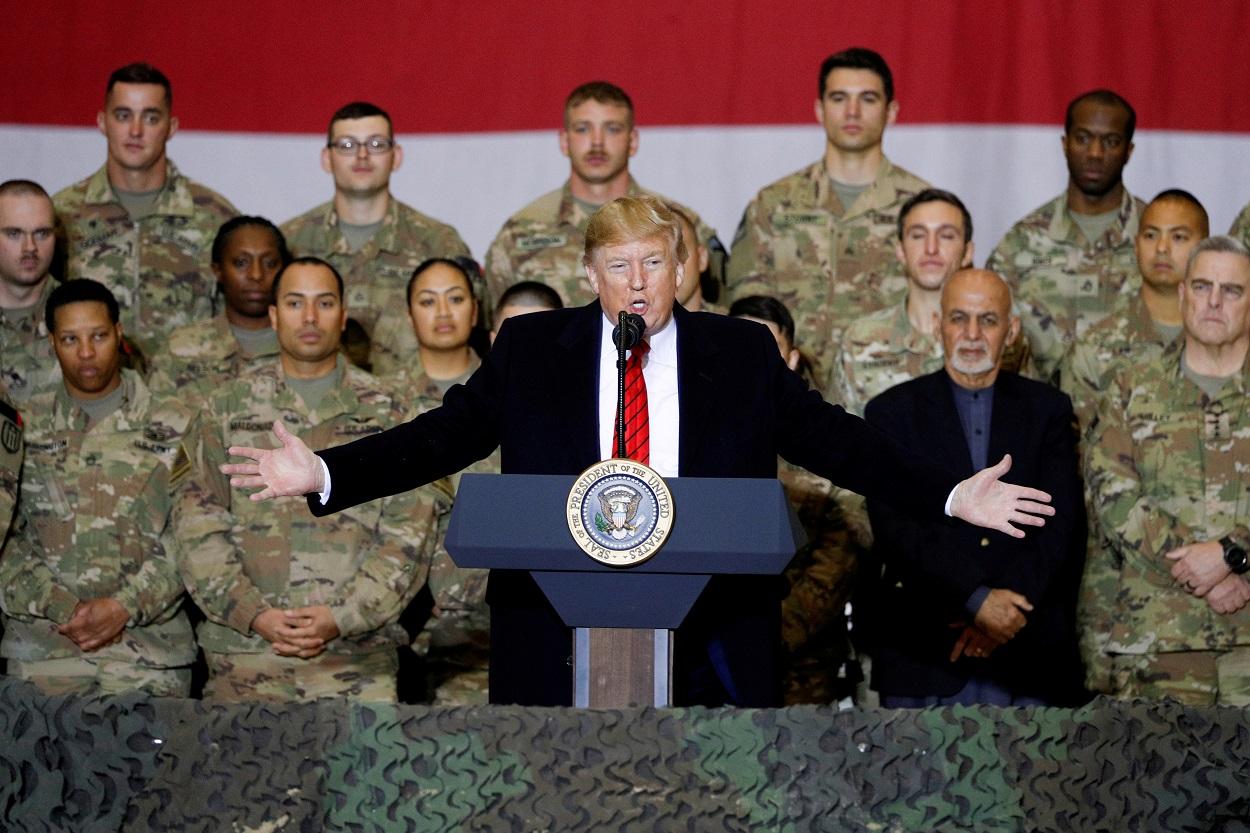 El presidente de EEUU, Donald Trump, dirige unas palabras a las tropas estadounidenses, con el presidente afgano Ashraf Ghani de pie detrás de él, durante una visita a la base aérea de Bagram, Afganistán. REUTERS/Tom Brenner