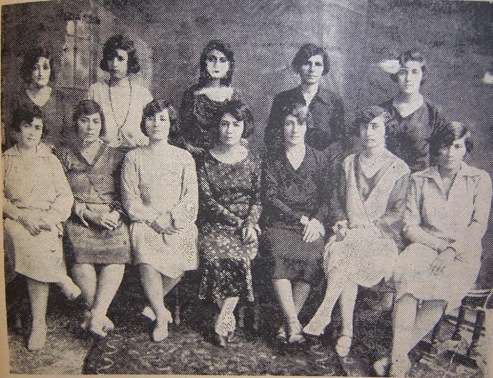 Dirigentes de la izquierdista Asociación de Mujeres Patrióticas, Teherán, 1922-1932. La mujer en el extremo izquierdo es Fakhrafagh Parsa, la madre de Farrokhroo Parsa.