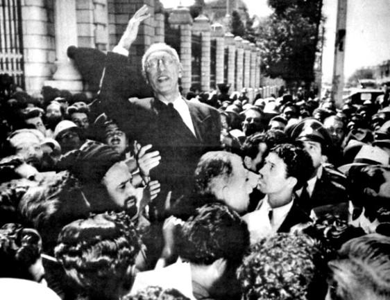 La concentración de los ciudadanos delante del parlamento en apoyo a Mossadeq.