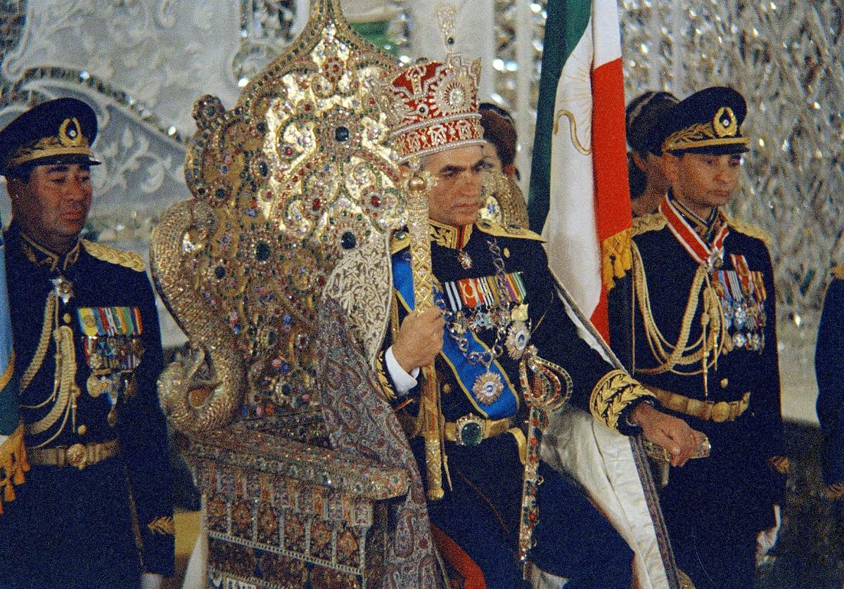 Fotografía de de octubre de 1967, del Shah Mohammad Reza Pahlavi en el Trono del Pavo Real en Teherán, Irán,