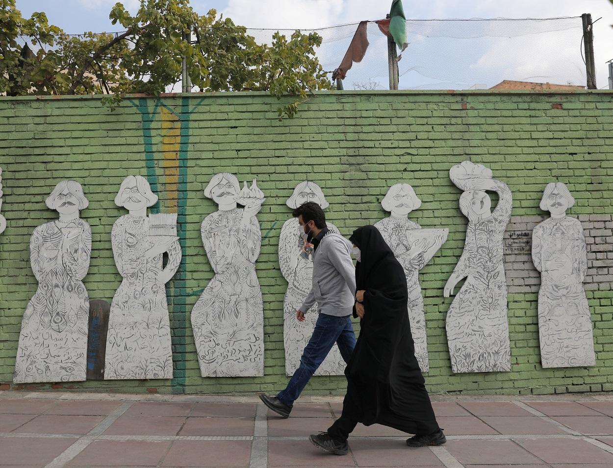 Una pareja pasando por las calles de Teheran (Irán). REUTES/Majid Asgaripour/West Asia News Agency