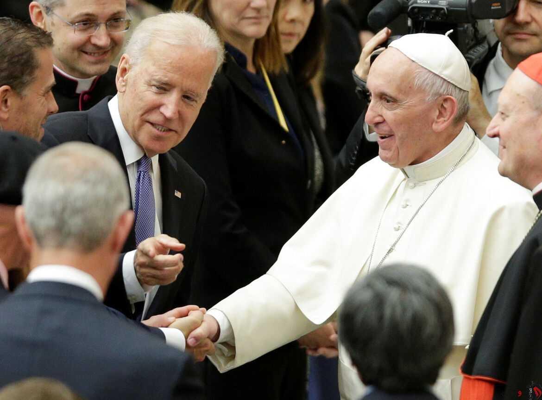 El entonces vicepresidente de EEUU Joe Biden saluda al Papa Francisco en una visita al Vaticano en abril de 206. REUTERS