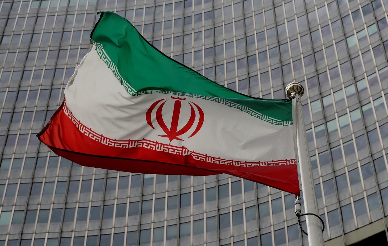 La bandera de Irán ondea delante del edificio de la sede de la Agencia Internacional de la Energía Atómica (IAEA, en sus siglas en inglés), en Viena. REUTERS/Leonhard Foeger