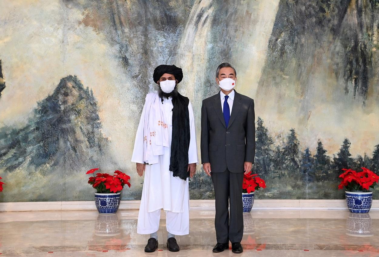 El número dos talibán mulá Abdul Ghani Baradar y el ministro de Relaciones Exteriores de China Wang Yi, posan en su encuentro mantenido a finales del pasado julio en Tianjin. REUTES/Xinhua/Li Ran