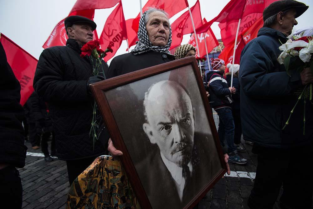 Una mujer lleva un retrato de Lenin en una manifestación del Partido Comunista en la Plaza Roja de Moscú, en noviembre de 2014.