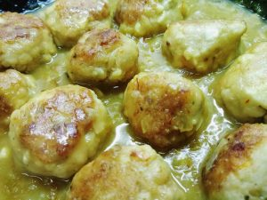 Receta de albóndigas de pescado: rape y gambas en salsa de azafrán