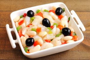 Plato de empedrat, ensalada con alubias blancas y bacalao
