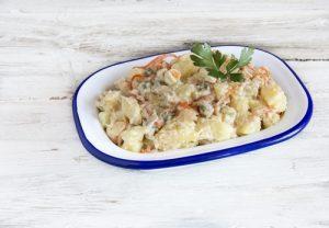 Receta de ensaladilla rusa casera con pepinillos, atún y zanahorias