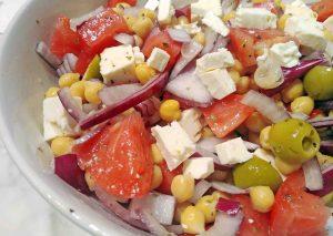 Ensalada de garbanzos con queso feta y tomate