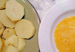 Patatas y huevo batido para receta de patatas a la importancia.