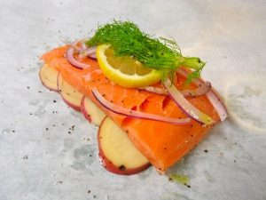 Salmón preparado para la papillote con verduras