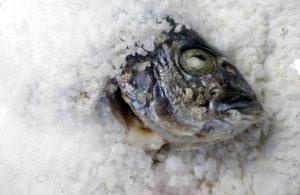 Dorada cocinada con cubierta de sal.