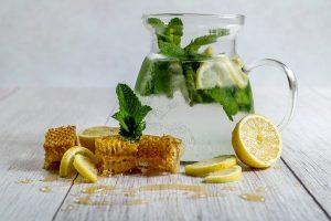 Limonada casera con menta y miel.