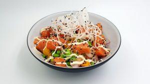 Poké bowl de salmón con salsa.
