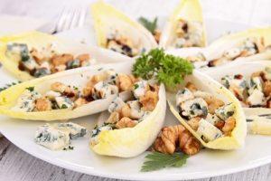Ensalada de endivias, queso azul y nueces.