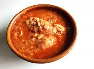 Sopa de ajos con pimentón y pan.