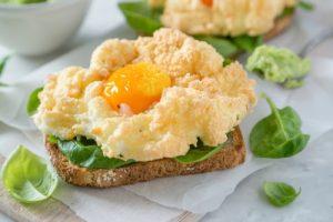 Huevos nube o huevos soufflé.