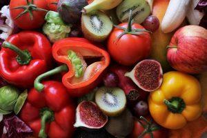 Frutas y verduras con vitamina C.