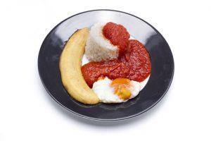 Arroz a la cubana, con plátano, salsa de tomate y plátano y huevo frito.