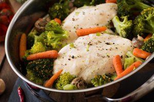 Verduras y pechuga de pollo al vapor.