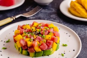 Tarta de atún rojo, con aguacate y mango.