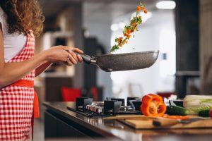 Mujer cocinando en casa.