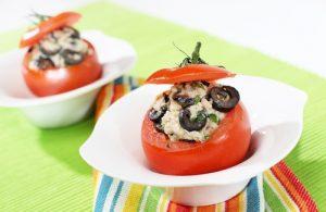 Tomates rellenos de atún, olivas y mayonesa.