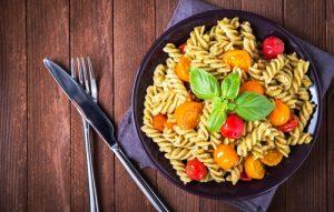 Receta de ensalada de pasta al pesto verde o genovés.
