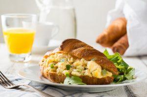 Croissant huevos revueltos.
