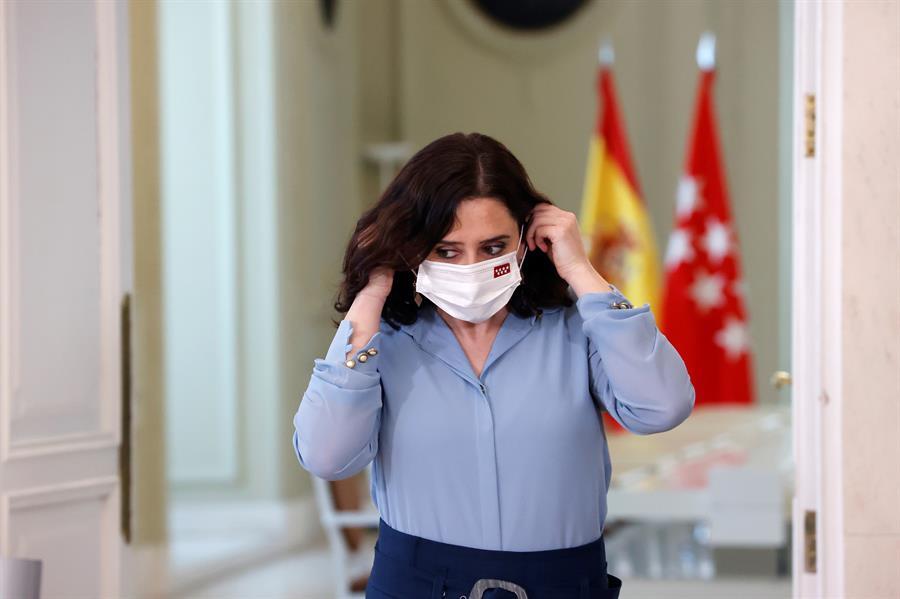 La presidenta madrileña, Isabel Díaz Ayuso (PP), antes de la rueda de prensa ofrecida en la sede de la Comunidad tras firmar hoy un decreto para convocar elecciones anticipadas en la Comunidad de Madrid.- EFE