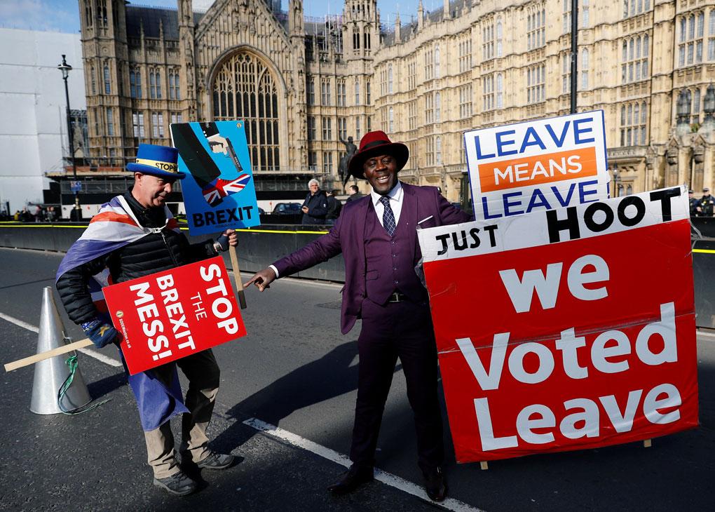 Un partidario del brexit y un opositor se manifiestan frente al Parlamento británico, en Westminster (Londres). REUTERS