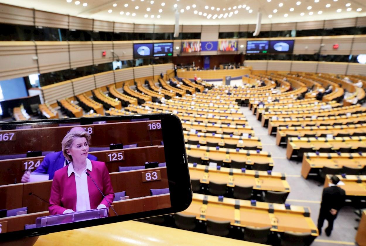 La presidenta de la Comisión Europea, Ursula von der Layen, interviene en un pleno especial del Parlamento Europeo sobre la crisis del coronavirus. EFE