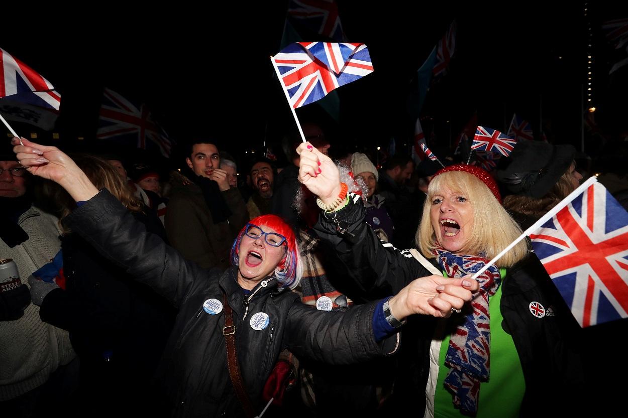 Personas con la 'Union Jack', la bandera del Reino Unido, celebrar el día del Brexit en frente del Parlamento británico, en Londres, el pasado 31 de enero. REUTERS/Simon Dawson