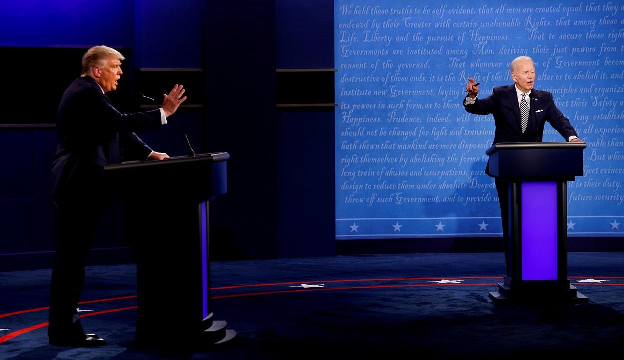 El presidente de EEUU, Donald Trump, y el candidato demócrata, Joe Biden, durante su primer debate electoral en Cleveland (Ohio, EEUU). REUTERS/Brian Snyder