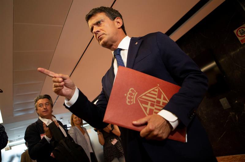 El ex primer ministro francés Manuel Valls y concejal del ayuntamiento de Barcelona, durante la rueda de prensa que ha ofrecido en el consistorio barcelonés donde ha cargado contra Ciudadanos. EFE/ Enric Fontcuberta