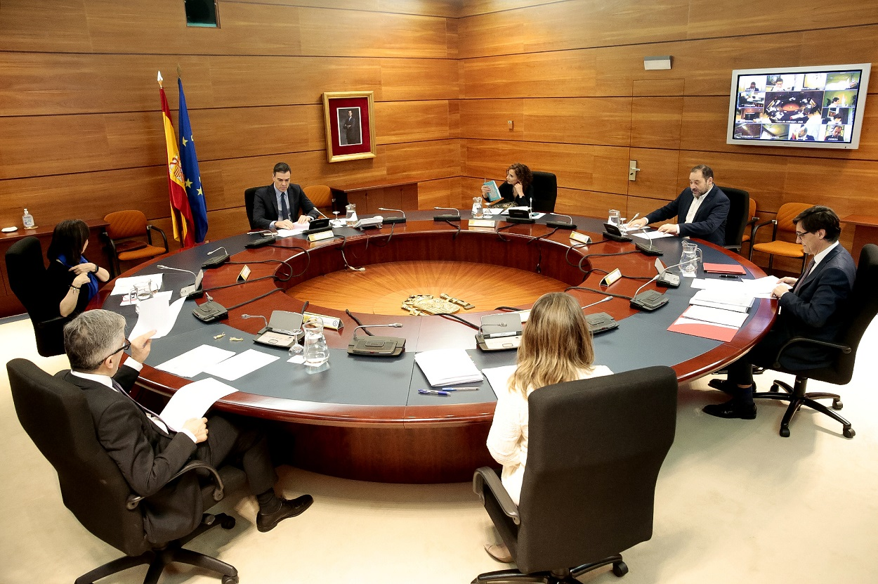 Reunión del Consejo de Ministros, presidida por Pedro Sánchez, con gran parte del gabinete participando por teleconferencia. REUTERS/Pool/J.M Cuadrado