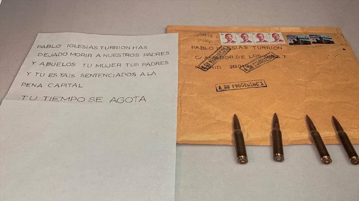 Imagen publicada en la cuenta de Twitter de Pablo Iglesias en la que se ve el mensaje y las balas que iban en el sobre..