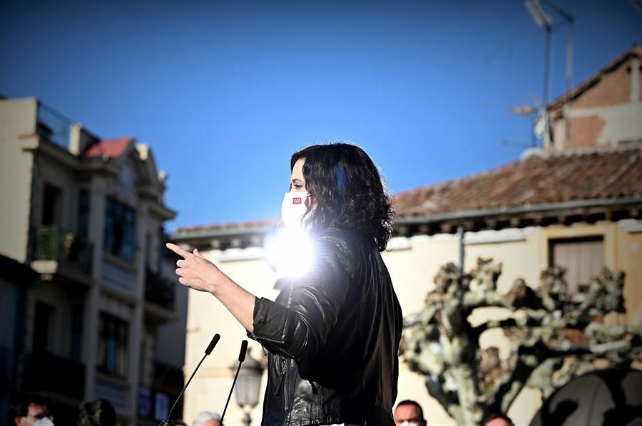 La presidenta de la Comunidad de Madrid y candidata del PP a la reelección, Isabel Díaz Ayuso, pronuncia un discurso durante su visita de este martes a Alcalá de Henares. EFE/ Fernando Villar